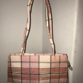 BYD Fin lyserød taske fra ukendt mærke. Den er ok stor, der kan være ret meget i.  Oprindelig pris kendes ikke.  Kan afhentes på Frederiksberg eller sendes på købers regning.