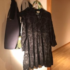 Lyro LS kjole - underkjole medfølger! Aldrig brugt og pris fra ny 900,-