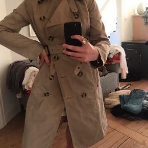 Trenchcoat fra Armani  Sælges for min mor🥰 Str. 42, men er meget lille i str. Så passes af S/M