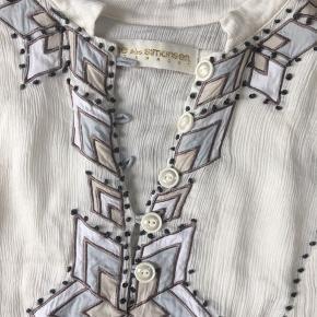 Smuk skjortebluse i silke. Smukke broderier. Lav pris da nogle af knuderne i broderierne er gået op