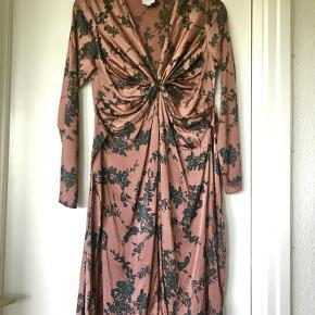 Blommefarvet silkekjole med fastsyede bindebånd som bindes på ryggen. 92% silke, 8% elastan.