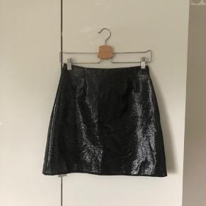 Super cool tætsiddende nederdel i shiny stof🔥 med lynlås bagpå