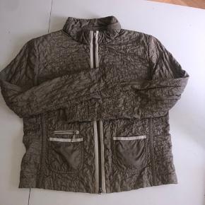 Så lækker tynd jakke fra moncler- brugt men stadig rigtig lækker og fin. Er passet virkelig meget på.