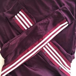 Flot ubrugt track jacket. Køb hele sættet for 600, eller 400 pr del :) jeg sælger det også i mørkeblåt og sort.