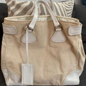 Flot Prada taske sælges.vintage  H:40 x 45 cm