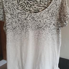 Fin, hvid t-shirt med sort print foroven.