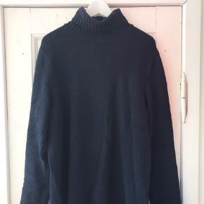 Navy-blå rullekrave sweater fra Samsøe & Samsøe. Perfekt til årets kolde måneder. Brugt én til to gange :)
