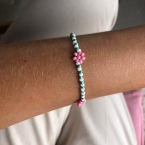 Perle armbånd med lyserøde blomster Ⓜ️ Mål: 16 cm 💮Prisen er inkl Porto med postnord