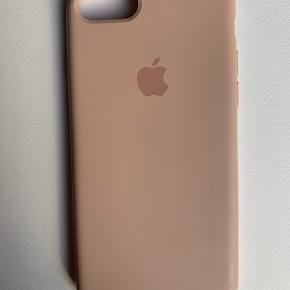 Originalt silikone apple cover til iPhone 7/8 i farven sandpink. Har små mærker enkelte steder, men ellers fin stand.