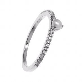 Elegant sølvring med klare zirkonia og en enkelt perle. Ringen er en str. 52. Standen er ny, da ringen endnu ikke er taget i brug.   Np: 595 kr Mp: Se prisen + evt gebyrer og porto (kan sendes som brev til 10 kr eller som pakke til 37 kr). 💌   Tag også gerne et kig på mine mande andre annoncer. Har mange andre smykker til salg bl.a. fra Maria Black, RebekkaRebekka, Ana + Nina, Line & Jo.