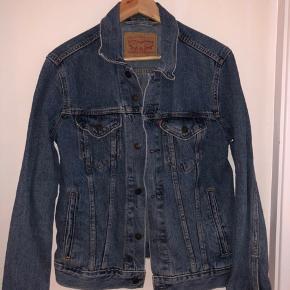 Levi's cowboyjakke/denim jakke Den fejler intet 200,-  Skriv evt. for flere billeder og info