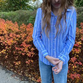 Jeg sælger denne stribet skjorte fra h&m. Jeg har brugt den en enkelt gang og efterfølgende er den blevet vasket. Men den fejler ikke noget.  Køber betaler fragt