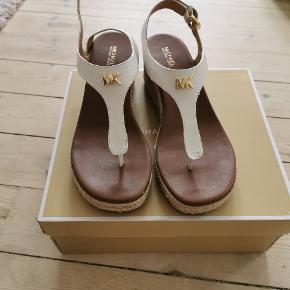 Helt nye sandaler fra Michael Kors. Sandalerne er kun prøvet på, da jeg måtte konstatere, at de desværre er for små. Nypris 1200,-  Sendes på købers regning