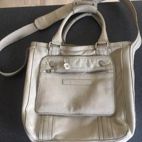 Fin taske, med god plads. Fejler ikke noget fraset brugsspor. Kan bruges som både cross body og skuldertaske.  Brede 35 cm Højde 33 cm.   Kom gerne med et bud☺️