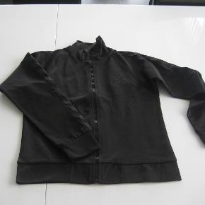 Varetype: NY Zip- CardiganFarve: Sort  Flot NY zip-cardigan i str. 146 fra Hummel.  Mindsteprisen er kr. 250+Porto.  Jeg bytter ikke.