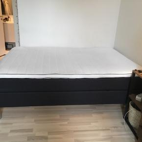Sælger min skønne seng som har været så god ved mig.  Da jeg flytter har jeg skal have købt en større seng.   Beskrivelse af sengen: Kontinentalsengen har tre komfortable madraslag, sengens springmadras er der moderne pocketfjedre, som tilpasser sig din krops former og vægt. Omkring madrassens fjedre er der holdbar polyetherskum, fremmest bidrager skummet til den samlede komfortoplevelse og derudover afleder skummet også overskydende varme.   Sengen er 7 måneder gammel og ser ud som ny :) Og sengen er 140x200