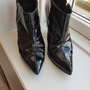 Designer remix Charlotte Eskildsen sko i 36 God stand men lidt tegn på brug ved spidsen og elastikken. Lak heels i sort Meget festlige  #festsko #laksko #festboots #anklesko #ancleboots #hæle  9 cm høj   #trendsalesfund