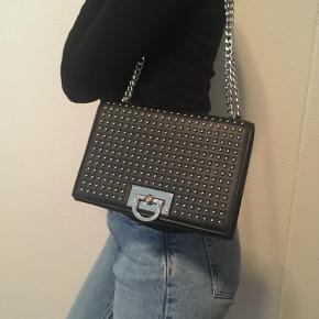 Smart sort skuldertaske fra Gina Tricot sælges 🌸. Mål 16 x 24 x 4 cm🌼Se også mine aftes spændende annoncer😊