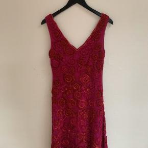 """Smuk pink kjole fra Hunza, købt hos """"Sophie"""" i Badestuegade, Aarhus. Brugt 1 gang til min venindes bryllup."""