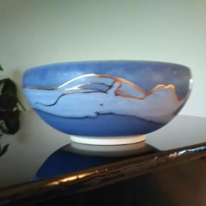 Dansk kunsthåndværk. Keramik skål i blå, lyseblå og guld. Diameter 20 cm