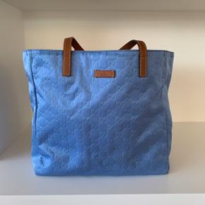Smuk vintage taske fra Gucci i den skønneste blå farve. Tasken måler 32*30*15 og kan derfor fungere perfekt som skoletaske. Tasken er i rigtig god stand🌸