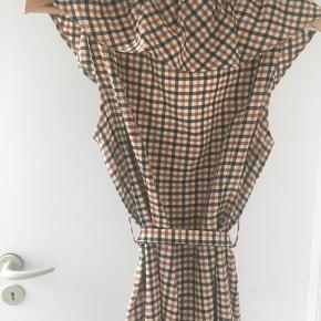 Sælger min smukke kjole, jeg kun har gået med en enkelt gang. Ingen tegn på slid eller andre mærkbare detaljer.
