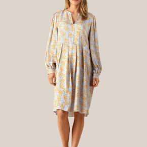 Smukkeste kjole, der hænger i butikkerne nu.  Fineste pasform og farve med smukt print.   Jeg bytter ikke 😊