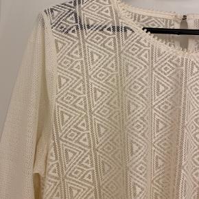 En flot bluse fra H&M i farven cremet hvid/lys beige. Str. L. Brugt een gang.  Kan afhentes i Vejle eller sendes på købers regning.