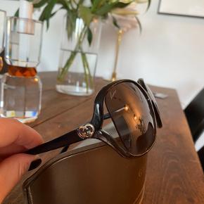 Flotte solbriller, som er super gamle efterhånden.  Jeg har stort ikke brugt dem, men alligevel er der en lillebitte ridse i det ene glas, som vist på et billede. Man bemærker det ikke, når man har dem på.  Brillerne sælges selvfølgelig med æske, dog uden kvittering, da de som sagt er af ældre dato