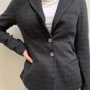 Sælger denne fine mørkegrå Mos Mosh blazer, brugt måske 3 gange!