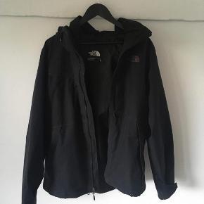 Klassisk North Face jakke med tilhørende inderjakke/flisjakke, som kan lynes ind i jakken eller bæres selvstændigt. Det er en stor medium, som egentlig mere eller mindre svarer til en normal str large.