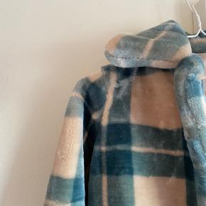 Sælger denne jakke fra Envii som er omkring et år gammel. Jeg gav selv 1000 kr for den og har kun brugt dem 4-5 gange, så den er nærmest helt ny:))