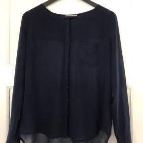 Tynd og fin skjorte fra Samsøe Samsøe i mørkeblå.   Str. S   Har skjulte knapper.