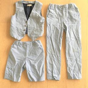Varetype: Blazer, shorts, bukser Størrelse: 8-9år Farve: Lyseblå melange Oprindelig købspris: 600 kr.  Prisen er for alle 3 dele tilsammen