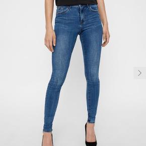 Skinny jeans med stretch, passes af str 36/38. Ikke brugt mange gange