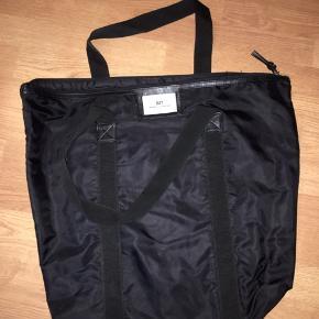 Sælger denne Day taske i sort i den store model
