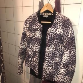 """Leopard """"jakke""""/blazer."""
