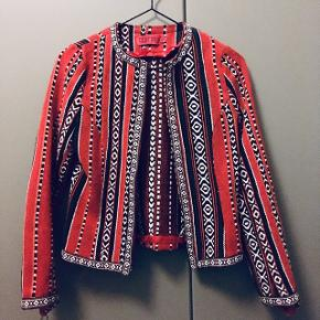Mexicansk / western inspireret strikket cardigan i rød med mønster fra mærket Boohoo.  Super flot til et par denim bukser.