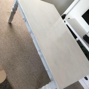 Gammelt solid hvidmalet sofabord.  Lækkert stort sofabord med 2 skuffer i hver side.   Trænger til en gang maling.   mål - H 51 - B 79 - L 138  Står i Ulbjerg.