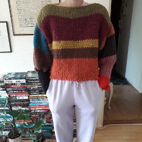 Spændende tyk og kort sweater med sjove detaljer ved ærmerne, strikket af mig. Den måler 48cm i længden og ærmerne måler cm. Prisen er fast og uden porto