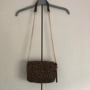 Sælges helt ny leopard taske købt i Pieces sidste år, og den har aldrig været brugt, ny pris 260 kr. Kom med et bud
