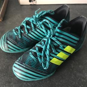 Fine indendørs sko. Brugt til fodbold. Er i meget fin stand. Nypris 499,- 6700/Rørkjær - bytter ikke