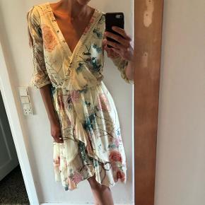 Super smuk kjole som er ideal og bruge til bryllup her til sommer, rigtig flot fald og dyb i ryg samt foran. Har kun været brugt en gang til bryllup sidste år, for den ikke brugt og syntes det er ærgerligt!  Den passer også en str M!