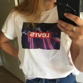 Sælger min helt nye Levi's t-shirt  Sælges, da det var et fejlkøb  Er en str kvinde xl, og den sidder oversize på mig, som normalt er en s-m  Ny pris var 24,5 dollars, altså ca. 165kr  Kan sagtens sende flere billeder, bare spørg💜