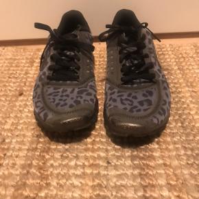 Nike sneakers sælges, da de desværre er købt for små.   De er i super fin stand og kun brugt 1 gang.   Kan afhentes på Amager eller sendes.   BYD endelig.💞