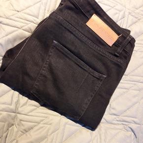 Sorte jeans fra Won Hundred. Brugt 2 gange. Fin og god stand. Slim fit. Str. 34/32.