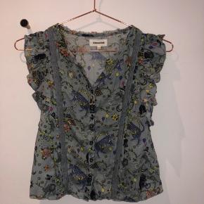 Super sød bluse fra Zadig & Voltaire i størrelse 128/8 år. Aldrig brugt , så fremstår som ny.