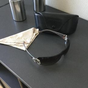 Super lækre solbriller fra Bvlgari. Har sat dem som ubrugt da de har været på max 3 gange. Så de er som nye. ingen ridser eller andet slid.  Mp 800 pga den perfekte stand  Solbriller Farve: Brun
