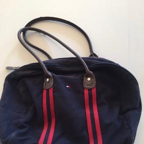 Hilfiger weekend taske , den har slid og brugs tegn se billeder