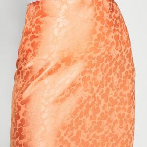 Den pæneste nederdel i satin. BYD gerne💕